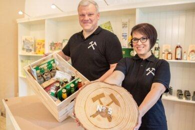 """Michael Nickel und Mitarbeiterin Carola Otto im Geschäft """"Markt No. 5"""" in Scheibenberg. Die Erzgebirgskiste mit vielen regionalen Produkten ist eine der vielen Ideen des Inhabers."""