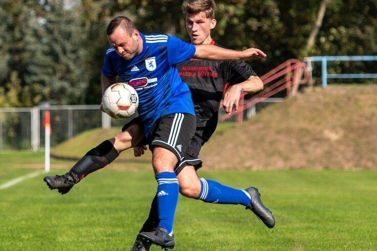 Knappe Sache: Die Mittweidaer Reserve, hier mit Robby Sähmisch (v.), setzte sich gegen Oliver Gräfe und den TSV Penig hauchdünn durch.