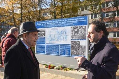 Der Historiker Hans Brenner (links) und Enrico Hilbert, Vorsitzender der Vereinigung der Verfolgten des Naziregimes - Bund der Antifaschistinnen und Antifaschisten (kurz VVN-BdA) in Chemnitz, vor der enthüllten Gedenkstätte an der Jagdschänkenstraße 52.