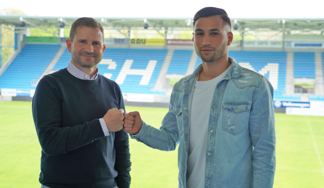 CFC-Geschäftsführer Sport Marc Arnold (li.) und Okan Kurt (re.) nach der Vertragsunterschrift im Stadion - An der Gellertstraße