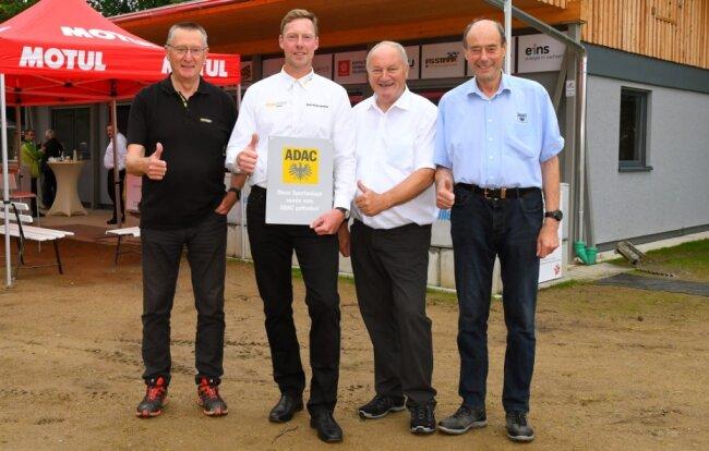 Geschafft: Christoph Seifert (2. v. l.) vor dem neuen Vereinsgebäude zusammen mit Peter Weidinger (Vorstandsmitglied für Sport des ADAC Sachsen), Friedhelm Kissel (Vorstandsmitglied Sport des ADAC Pfalz) und Joachim Martin (Vorstandsmitglied für Ortsclub-Angelegenheiten des ADAC Sachsen, v. l.).
