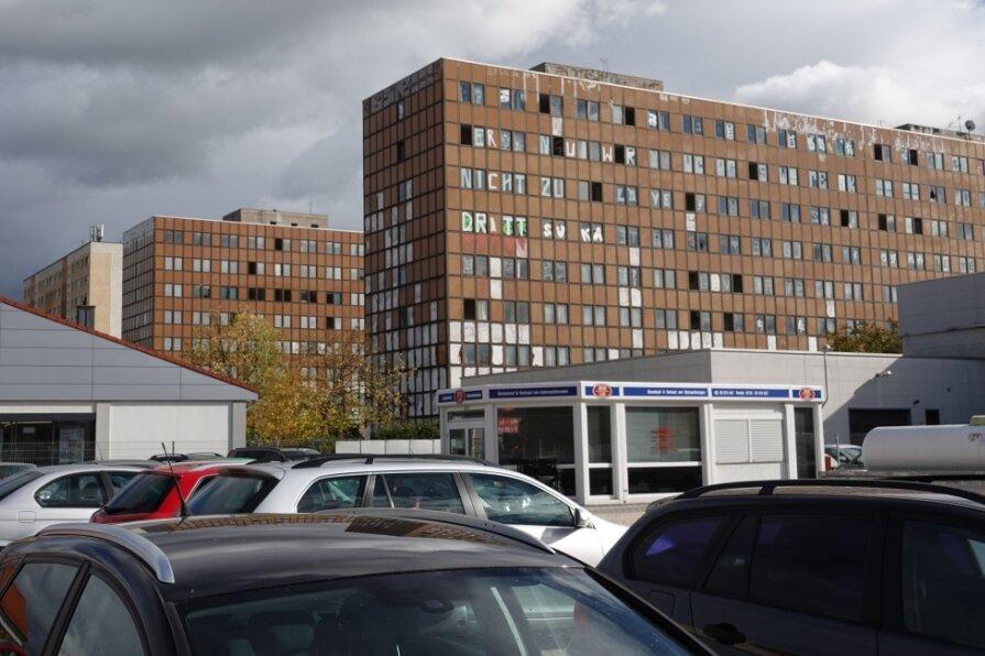 Das frühere Wohnheim des Sachsenring-Werkes und spätere Arbeitsamt nahe der Leipziger Straße stört das Stadtbild schon lange. Es gehört einer ausländischen Investorengruppe und steht offenbar nicht zum Verkauf.