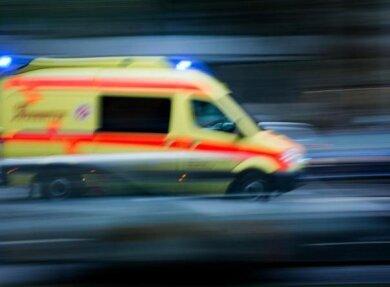 Weil er mitgenommen werden wollte, hat ein 27-Jähriger am Montagabend in Reinsdorf seinen Rucksack gegen einen vorbeifahrenden Rettungswagen geworfen.