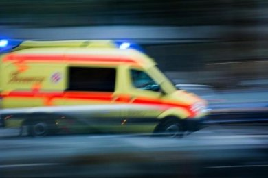Eine 79 Jahre alte Fußgängerin ist bei einem Unfall am Freitagvormittag in Zwickau tödlich verletzt worden.