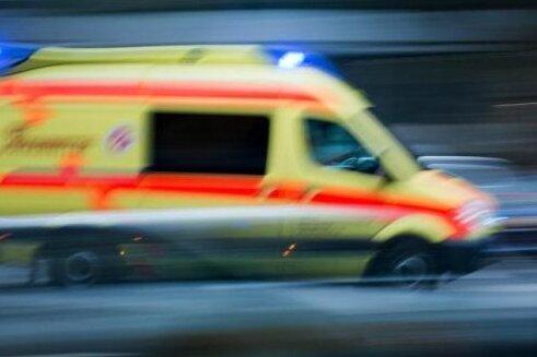 Mehrere Verletzte bei Kollision von Kleinbus mit Simson