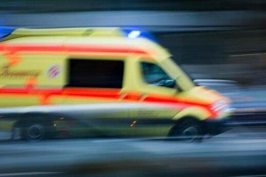 Fraureuth: Autofahrer übersieht 88-Jährige mit Elektrorollstuhl