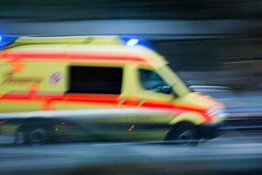 Am Viadukt in Zwickau: Auto stößt gegen Rettungswagen
