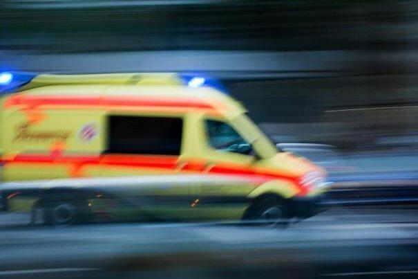 Bei einem Unfall beiAnnaberg-Buchholz sind in der Nacht zu Sonntag zwei Menschen verletzt worden.