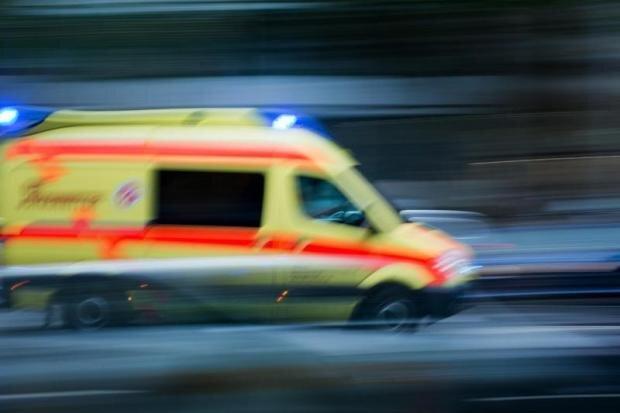 VW landet nach Unfall im Gleisbett
