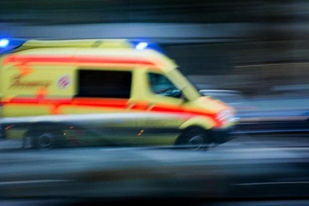 Reisebus überschlägt sich auf A13 - mehrere Menschen verletzt