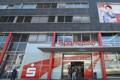 Die Hauptgeschäftsstelle der Sparkasse Chemnitz an der Bahnhofstraße. Das in Chemnitz und Teilen des Landkreises Zwickau tätige Kreditinstitut zählt nach eigenen Angaben rund 250.000 Kunden.