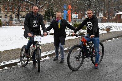 Rückenwind für die Rennmacher: Energieversorger Eins mit Geschäftsführer Roland Warner (Mitte) wird neuer Hauptsponsor beim Heavy 24. Der größte Mountainbike-Marathon in Ostdeutschland wird von Alexander Liebers (links) und André Gläß (rechts) organisiert.