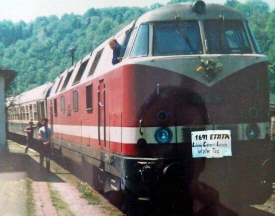 Das Foto zeigt den letzten Halt des Eilzugs zwischen Leipzig und Cranzahl. Zu sehen ist Norbert Krannitz als Zugleiter mit Kelle auf dem Bahnsteig von Zschopau. Es ist die Rücktour am 1. Juni 1991 Richtung Karl-Marx-Stadt - Leipzig.