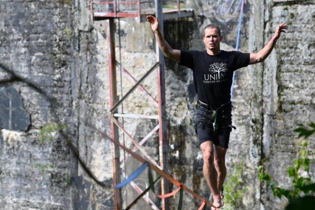 Sebastian Pahlke aus Wiesbaden balancierte auf einer Slackline - einem Gurtband -, das von der Mauer der Talsperre Euba weg über das Becken gespannt wurde. Das Slackfest zog für seine 15. Auflage erstmals nach Euba.