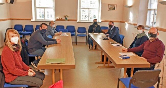 Bei der jüngsten Dienstberatung der Seelsorger aus der Region Hainichen trugen die Pfarrerinnen und Pfarrer wie Diemut Scherzer (2.v.r.) und Sebastian Schirmer (2.v.l.) einen Mund-Nasen-Schutz.