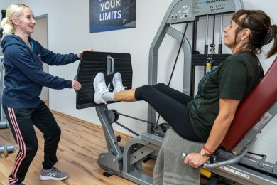 Nancy Wendler (links) muss ihr Fitness-Studio in Steinberg ab Montag schließen. Die Trainerin ist von der Entscheidung enttäuscht - hofft jedoch, dass die Mitglieder weiter treu bleiben.Foto: David Rötzschke