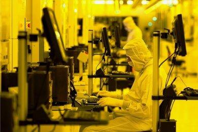 Mitarbeiter von Globalfoundries arbeiten im Reinraum des Werkes in Dresden.