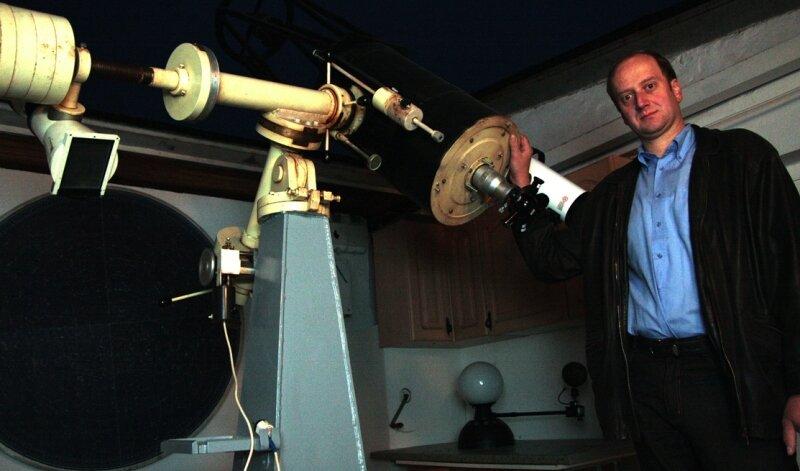 """<p class=""""artikelinhalt"""">Uwe Schönherr wird nicht mehr lange Gelegenheit haben, durch das Teleskop in der Marienberger Sternwarte das Weltall zu beobachten. Denn die Einrichtung, die er seit 2003 leitet, schließt zum Jahresende. Als Mitglied des Fördervereins der Volkssternwarte Drebach will er seinem Hobby aber weiter nachgehen.</p>"""