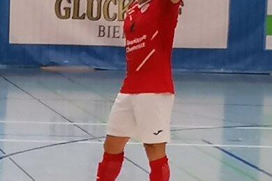 Daumen hoch für das Team, Daumen hoch für seine Leistung: Der 29-jährige Brasilianer Claudio Sampaio ist der erste Torschütze für HOT 05 in der neu gegründeten Futsal-Bundesliga.