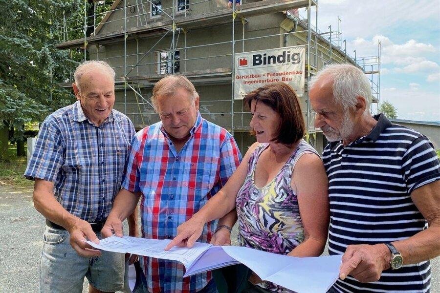 Vereinschefin Maritta Freitag erklärt den Gartenfreunden Dieter Krauß, Steffen Pöhlmann und Axel Puschmann (v. l.) die Bauabschnitte.