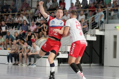 Rückraumspieler Sebastian Poppitz (links) und seine Mitspieler des HC Glauchau/Meerane gingen zum Saisonauftakt gegen den HC Einheit Plauen nach enttäuschender Leistung leer aus.