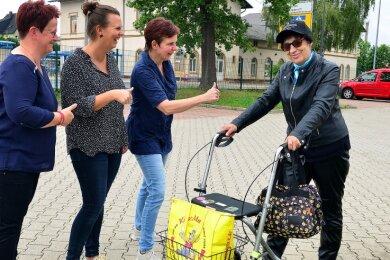 Cornelia Löbel, Daja Raudßus und Anett Mittelbach (v. l.) wollen Dorena Voßler aus Hainichen bei der Sponsorensuche für den Spendenlauf im September in Mittweida unterstützen.