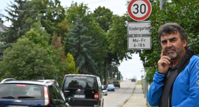 Anwohner Stefan Kaden steht vor dem Tempo-30-Schild in Taura, wo ein tödlicher Unfall passiert ist.