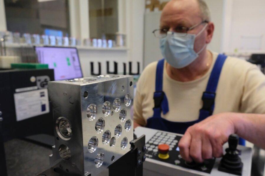 Aufs Tausendstel genau. Jürgen Mende, einer der ersten Mitarbeiter von VCST Reichenbach, bei der Qualitätskontrolle eines Ventilblocks mittels 3-D-Messgerät von Zeiss.