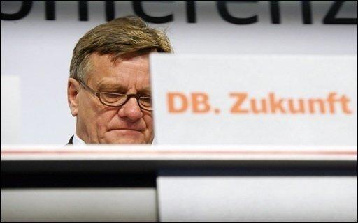 Bahn-Chef Hartmut Mehdorn hat seinen Rücktritt angeboten: Er sehe zwar keine eigene Schuld in der Datenaffäre, wolle sich seiner Verantwortung als Konzernchef aber nicht entziehen, sagte er in Berlin.