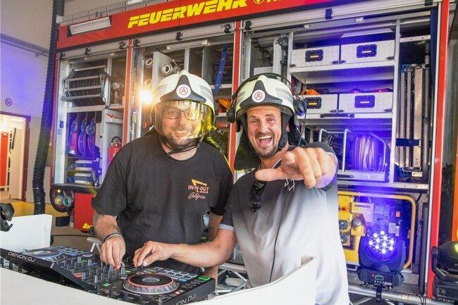 Sebastian Seidel (l.) und Rico Einenkel bei einem ihrer besonderen Streams. Im Sommer legten sie im Feuerwehrdepot Elterlein auf.
