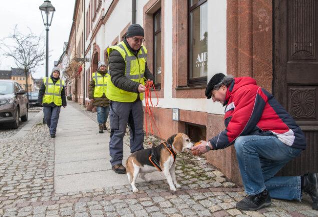 Hündin Lea hat mit Hundeführer Detlev Ungethüm aus Niederwiesa die versteckte Person, hier Janus Neszmelyi, gefunden.
