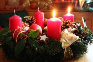 Sind die Zweige des Adventskranzes trocken, können die Flammen der Kerzen leichter übergreifen.