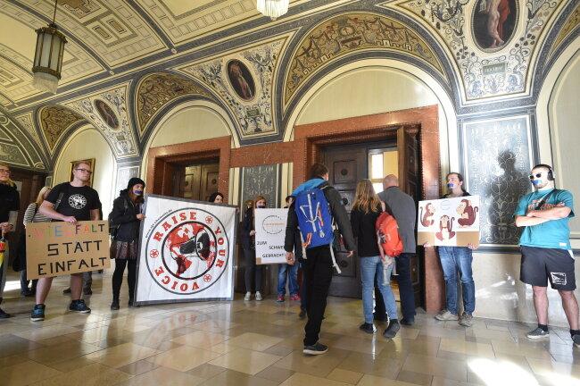 Vor der ersten Sitzung des neuen Jugendhilfeausschusses im Chemnitzer Rathaus protestierten am Dienstag Vereine.