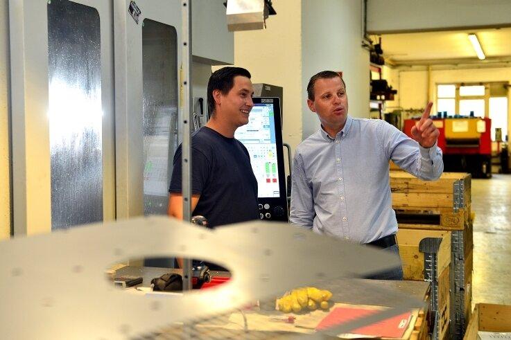 Philipp Winkler (l.) am Fräszentrum des Frankenberger Unternehmens FMA im Gespräch mit Inhaber und Geschäftsführer Andreas Schramm.