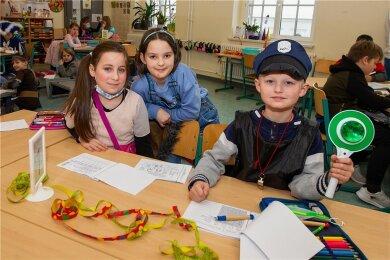 Lia, Lumina und Toni (v.l.) sitzen seit dieser Woche wieder gemeinsam mit ihren Klassenkameraden aus der 2a an der Erich-Ohser-Grundschule im Unterricht. Neben Deutsch und Mathe stand auch Fasching auf dem Stundenplan.