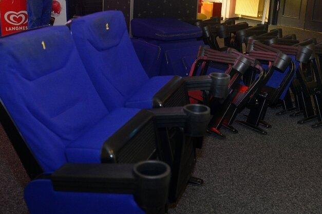 Die blauen Sitze aus Kino 1 und die roten Exemplare aus den kleineren Sälen werden nun verkauft. 285 Stück sollen insgesamt den Besitzer wechseln.