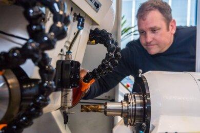 Kolja Trautvetter mit seiner Neuentwicklung. Der Schaftfräser, der kleine Wunder vollbringt, erinnert an einen dicken Bohrer. Das patentierte Werkzeug ist das Premiumprodukt einer Zwei-Mann-Firma.