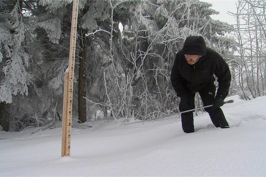 Misst genau nach: Gerd Franze hat am Freitag eine Schneehöhe von 42 Zentimetern in seine private Statistik eingetragen.