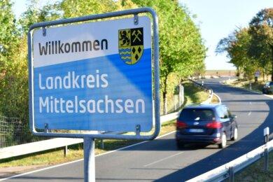 So sehen die neuen Begrüßungsschilder des Landkreises Mittelsachsen aus, hier aus Richtung Deutschenbora (Landkreis Meißen) beziehungsweise Autobahn 14 nach Hirschfeld, Gemeinde Reinsberg.
