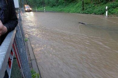 """Die Straße am Ausflugslokal """"Fischerschänke"""" in Sachsenburg stand am Dienstagabend nach einem heftigen Regenguss unter Wasser."""