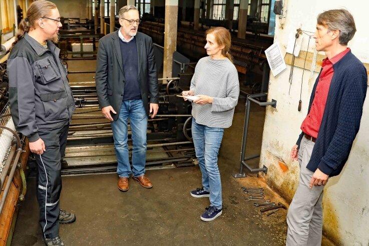Philipp Kardel, Heike Schönfeld, Oliver Brehm und Lars Helling (von rechts) im Spinnsaal der Tuchfabrik Gebr. Pfau.