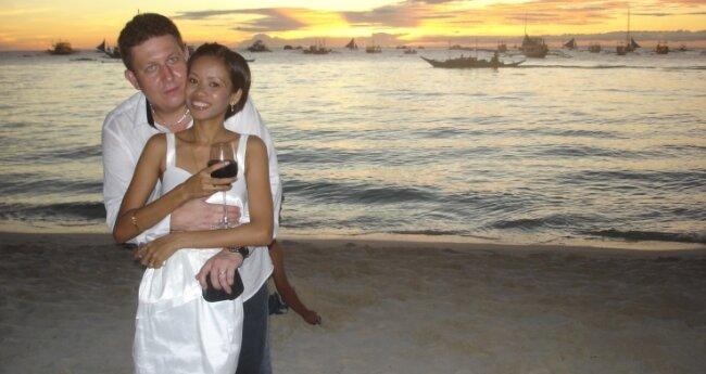 Romantik pur: Silvio und Gerlan Schemmel bei ihrer Hochzeit auf der philippinischen Insel Boracay am 18. Januar 2012.