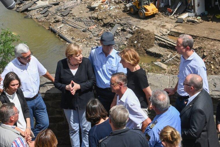 Die Kanzlerin im Krisenmodus: Angela Merkel (5. v. l.) und Malu Dreyer (6. v. r., SPD), Ministerpräsidentin von Rheinland-Pfalz, während ihres Besuches am Sonntag in den vom Hochwasser betroffenen Gebieten in Rheinland-Pfalz.