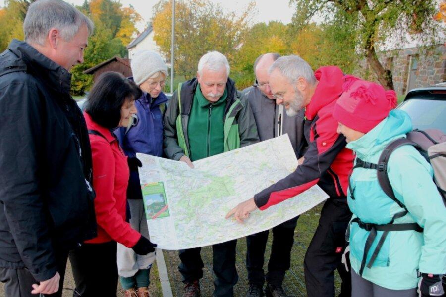 Ein Blick auf die Karte kann vor Beginn der Wanderung nichts schaden. Der Präsident des Sächsischen Wander- und Bergsportvereins. Felix Pechmann (3. von rechts) hatte als Ortsunkundiger eine Karte dabei.