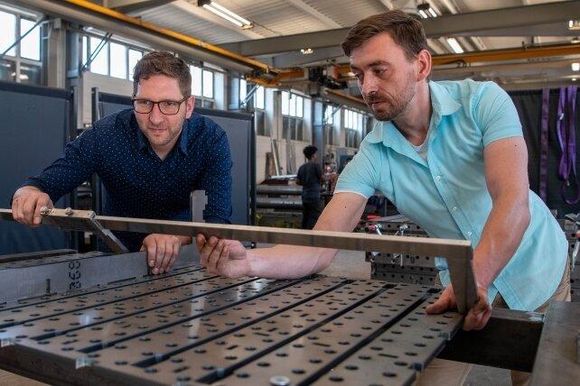 Entwicklungsingenieur Roman Haupt (l.) und Sebastian Lindner vom Vertrieb an einem Teil des neuentwickelten Schweißtisches.