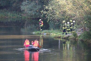im Lößnitzer Ortsteil Dittersdorf suchen Kameraden der Feuerwehr in einem Teich nach einem vermissten Mann.