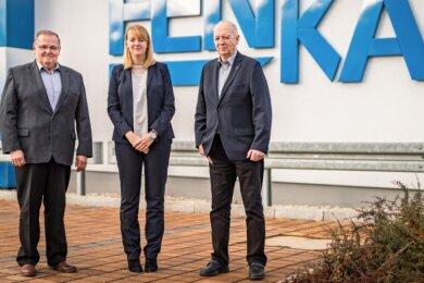 Stühlerücken bei Henka in Stollberg: Geschäftsführer Andreas Viehweger (links) übergibt den Staffelstab an Nachfolgerin Franziska Rieseler (Mitte). Rechts: Firmenmitgründer Bernd Hentschel, der Großvater Rieselers.