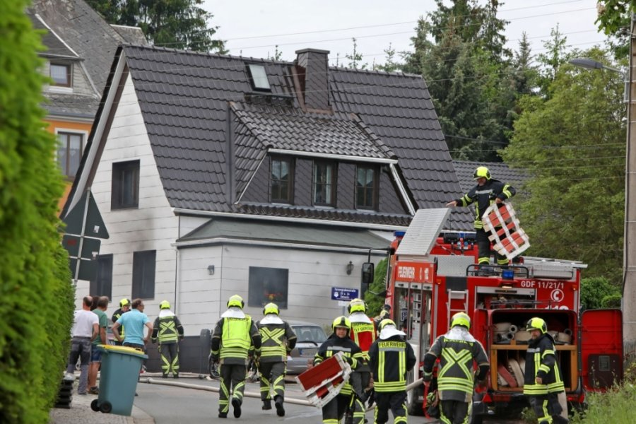 Kellerbrand in Gersdorf sorgt für Großeinsatz bei Feuerwehr und Rettungsdienst
