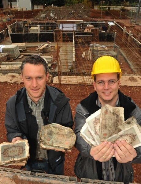 """<p class=""""artikelinhalt"""">Jahnsdorfs Bürgermeister Carsten Michaelis (links) und Bauleiter Alexander Kunz von Schneider-Bau Burkhardtsdorf präsentieren eine runde halbe Million Reichsmark . </p>"""