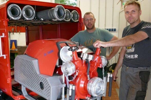 Kevin Hempel (rechts) und Chris Wächtler gehören zu den Kameraden der Freiwilligen Feuerwehr Gelenau, die den 51 Jahre alten Tragkraftspritzenanhänger neu herrichten.